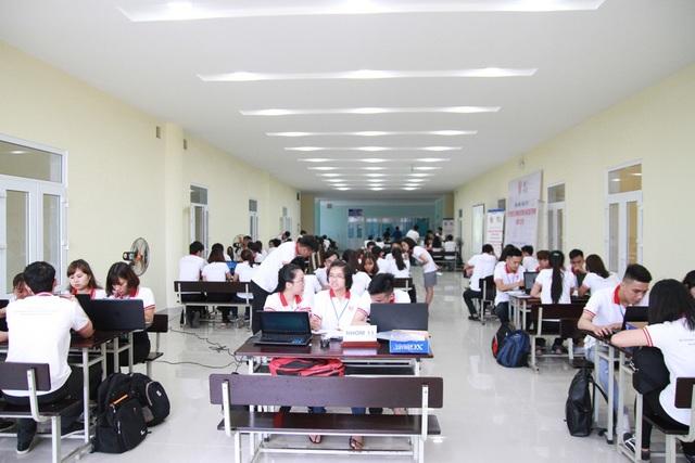 73 sinh viên từ 15 nhóm miệt mài làm việc cho ra ý tưởng sáng tạo trong liên tiếp 12 giờ đồng hồ trong nguyên ngày 12/5