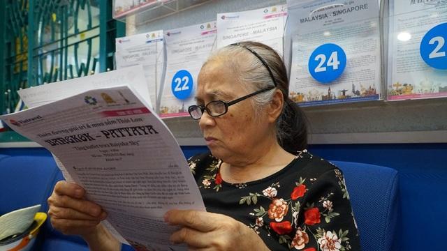 Bà Nguyễn Thị Thùy, 72 tuổi, ngụ quận Tân Bình đích thân đến văn phòng để được tư vấn vì không rành công nghệ. Mặt khác, bà cho rằng đến nghe trực tiếp thì đầy đủ hơn và cũng có thể nhận quà mang về