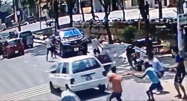 Nhóm người rượt đuổi nhau bằng gậy gộc, ô tô xuất hiện trong clip (ảnh cắt từ clip)