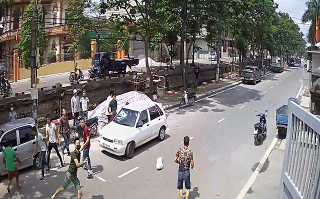 Hình ảnh nhóm côn đồ đòi nợ mang theo dao kiếm được camera an ninh nhà ông Mão ghi lại