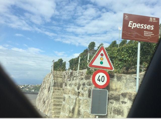Chúng tôi dừng lại ở Epesses.