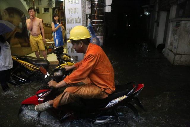 Sau cơn mưa đầu mùa, nhiều tuyến đường Hà Nội thành sông! - 9