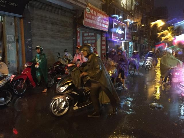 Sau cơn mưa đầu mùa, nhiều tuyến đường Hà Nội thành sông! - 10