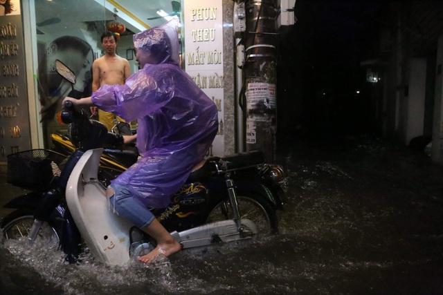 Sau cơn mưa đầu mùa, nhiều tuyến đường Hà Nội thành sông! - 11