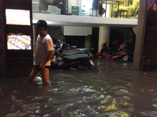 Sau cơn mưa đầu mùa, nhiều tuyến đường Hà Nội thành... sông