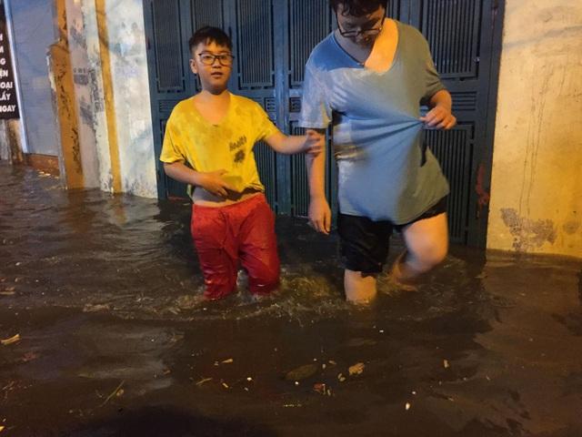 Sau cơn mưa đầu mùa, nhiều tuyến đường Hà Nội thành sông! - 12