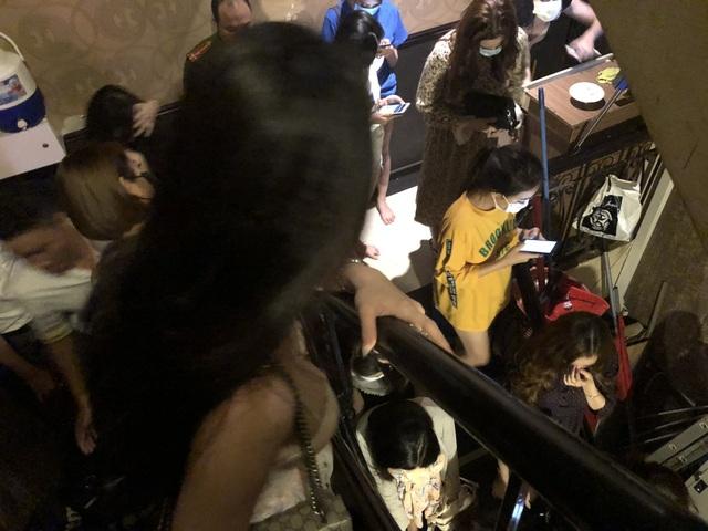 Các nữ tiếp viên nhốn nháo khi cảnh sát kiểm tra nhà hàng