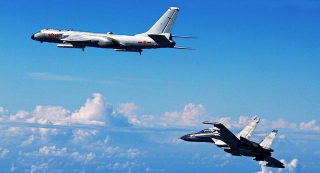 Một máy bay chiến đấu Su-30 và máy bay ném bom H-6K của Trung Quốc (Ảnh minh họa: AFP)