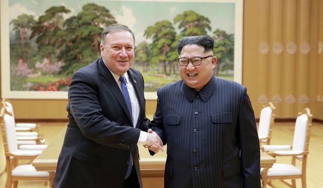 Ngoại trưởng Mỹ Mike Popmpeo (trái) cho biết đã có cuộc trò chuyện cởi mở với nhà lãnh đạo Triều Tiên Kim Jong-un. (Ảnh: AFP)