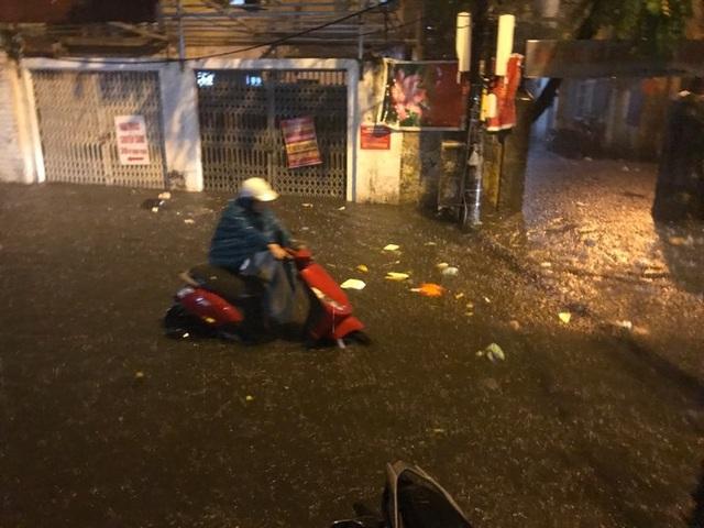 Sau cơn mưa đầu mùa, nhiều tuyến đường Hà Nội thành sông! - 2