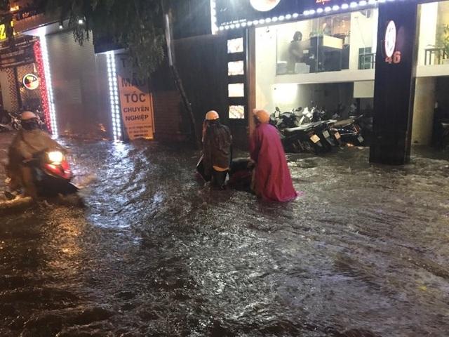 Sau cơn mưa đầu mùa, nhiều tuyến đường Hà Nội thành sông! - 1