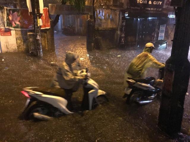 Sau cơn mưa đầu mùa, nhiều tuyến đường Hà Nội thành sông! - 3