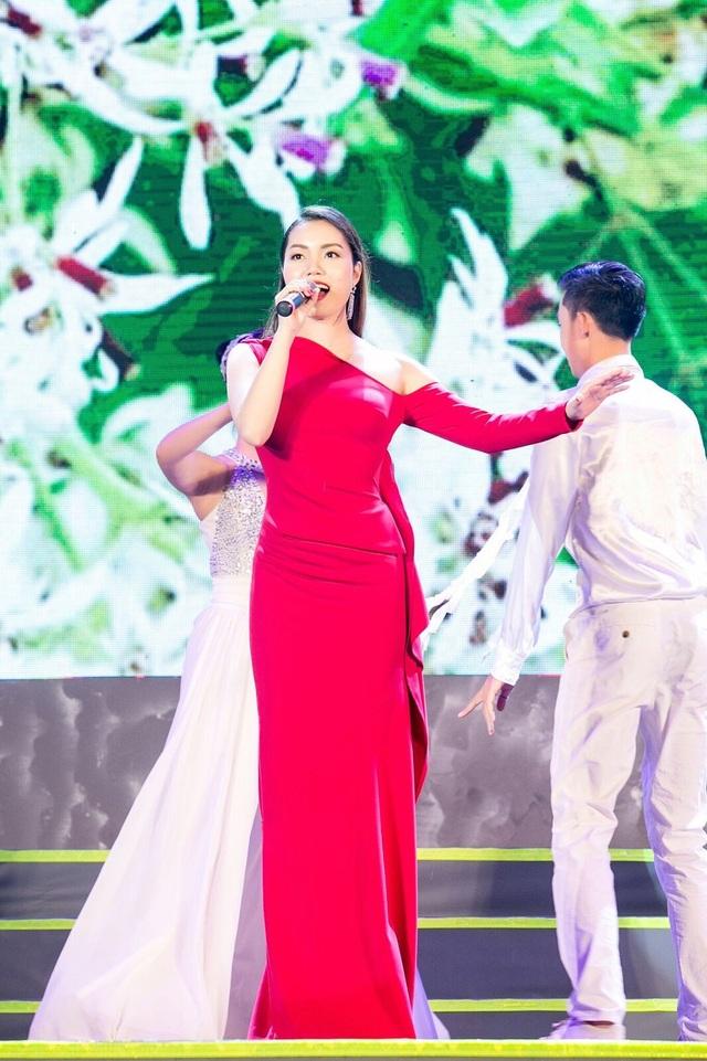 NSƯT Tấn Minh và ca sĩ Nguyễn Ngọc Anh cũng hết mình với những ca khúc về Hà Nội.