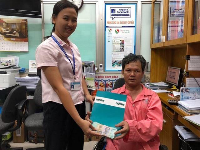 Đại diện Bệnh viện Chợ Rẫy trao tiền bạn đọc Dân trí giúp anh Tuấn