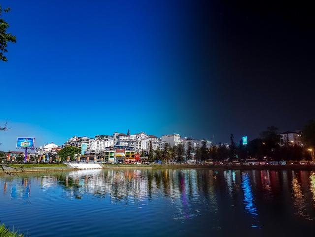 Đánh bật cả sương mù, khẩu độ f/1.5 của Galaxy S9 đã vẽ nên một Hồ Xuân Hương đẹp như tranh vẽ bất chấp đêm ngày.