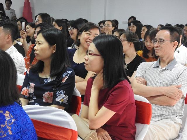 Phụ huynh học sinh đặt nhiều câu hỏi tại hội thảo. (Ảnh: Đình Cường)