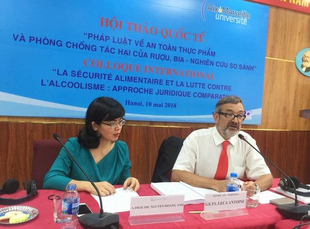 """PGS.TS Nguyễn Hoàng Anh (trái) trình bày tham luận Luật rượu bia – từ góc nhìn lập pháp""""."""