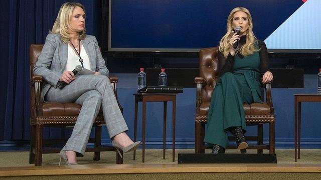 Cô Kelly Sadler (bên trái) cùng Đệ nhất Ái nữ Ivanka Trump trong một sự kiện (Ảnh: CNP)