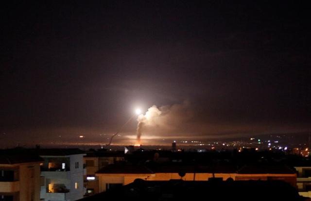 Tên lửa vụt sáng trên bầu trời Syria trong vụ không kích của Israel hôm 10/5 (Ảnh: Reuters)