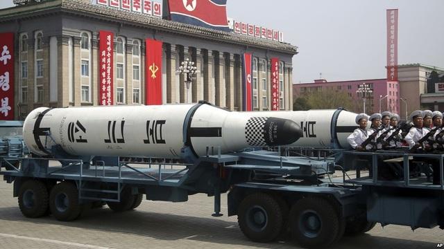 Vũ khí Triều Tiên trong lễ duyệt binh tại Bình Nhưỡng (Ảnh: Reuters)