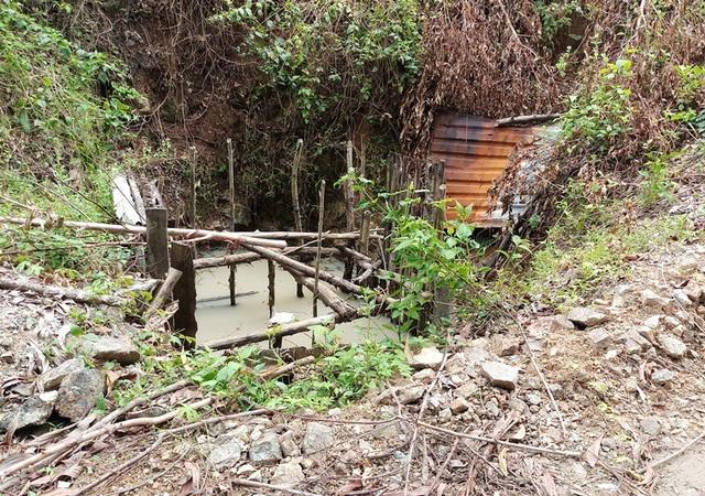 Một hầm vàng khai thác xong nhưng chưa hoàn thổ.