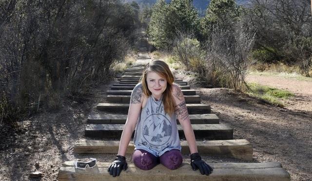 Nể phục cô gái cụt 2 chân chinh phục 2700 bậc dốc tại tuyến đường nổi tiếng - 4