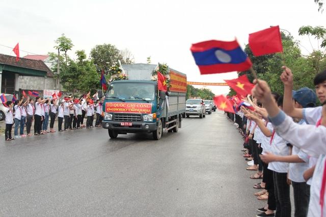Các em học sinh chào đón đoàn đưa các anh hùng liệt sĩ về nước.