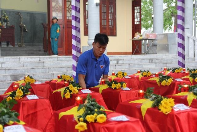 Đại diện lãnh đạo 4 tỉnh, các đoàn công tác đặc biệt của 4 tỉnh cùng lực lượng vũ trang tỉnh Xiêng Khoảng, cộng đồng người Việt Nam tại Lào, đông đảo bà con các bộ tộc Lào anh em đã kính cẩn dâng hoa, dâng hương tưởng niệm các liệt sỹ quân tình nguyện và chuyên gia Việt nam đã không tiếc máu xương anh dũng hy sinh vì nhiệm vụ quốc tế cao cả và tình hữu nghị đặc biệt thủy chung của 2 nước Việt Nam - Lào.