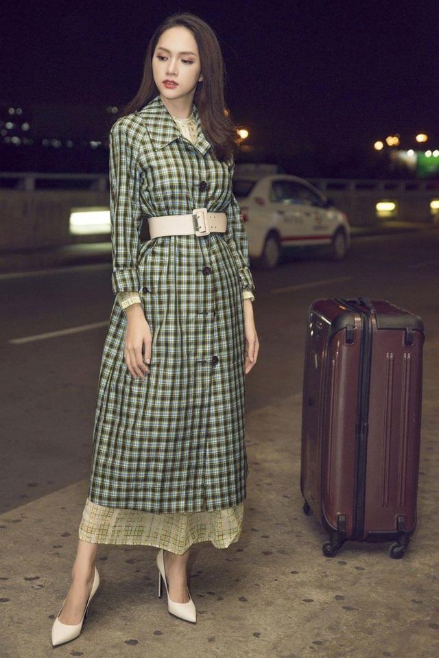 Hoa hậu Chuyển giới Hương Giang diện váy caro với phần tay dài kín đáo, mang đến vẻ ngoài hết sức cổ điển và thanh lịch. Tuy không hở bạo nhưng nhờ chiếc thắt lưng to bản, nữ ca sĩ cũng khoe khéo được vòng eo con kiến của mình.