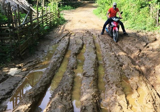 Mỗi khi trời mưa, con đường vào bản Sậy nhầy nhụa bùn đất và trơn trượt