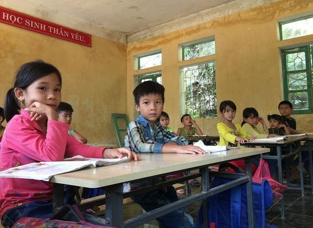 Do thiếu phòng học nên học sinh các khối phải ngồi chung trong một phòng học