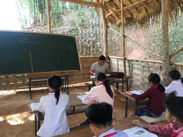 Thầy giáo Lò Văn Thơm đã có 5 năm gắn bó với mảnh đất này