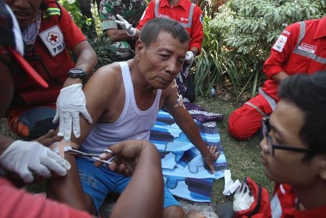 Một người bị thương được các nhân viên y tế điều trị ngay tại hiện trường vụ đánh bom (Ảnh: ABC)