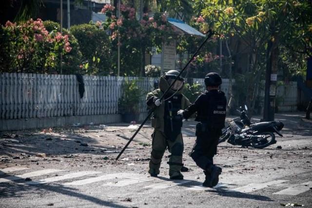 Hình ảnh chụp hiện trường các vụ đánh bom cho thấy các mảnh vỡ văng trên đường, các đám cháy và đám đông hỗn loạn. (Ảnh: Reuters)