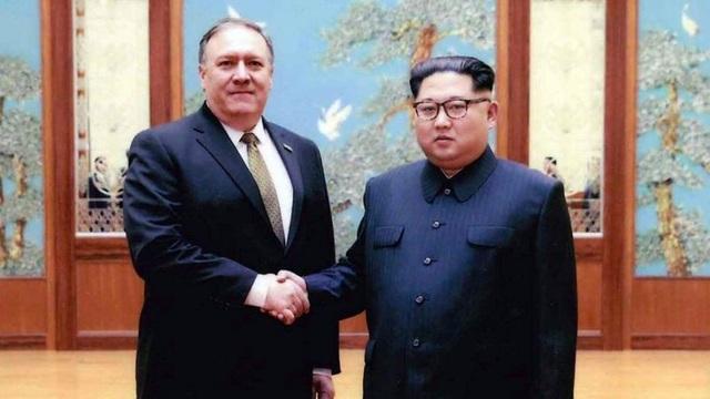 Ông Mike Pompeo bắt tay nhà lãnh đạo Kim Jong-un trong chuyến thăm Triều Tiên hồi tháng 4. Khi đó ông Pompeo vẫn đang giữ chức Giám đôc CIA (Ảnh: Fox)