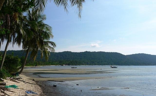 Bãi biển ở Làng Bè Rạch Vẹm, xã Gành Dầu