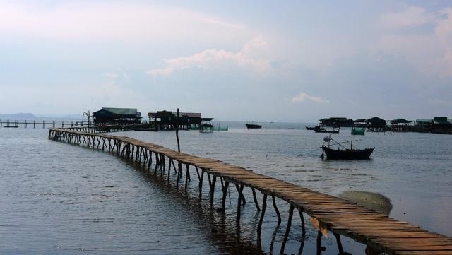 Rạch Vẹm nổi tiếng với nhiều làng bè nằm cheo leo ngoài biển...