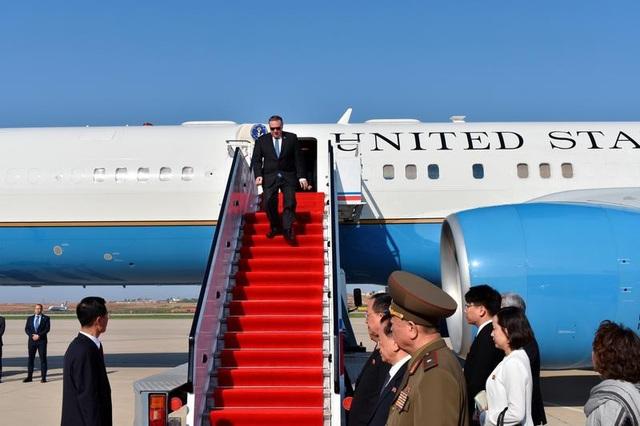 Máy bay chở Ngoại trưởng Pompeo hạ cánh xuống Bình Nhưỡng (Ảnh: Reuters)