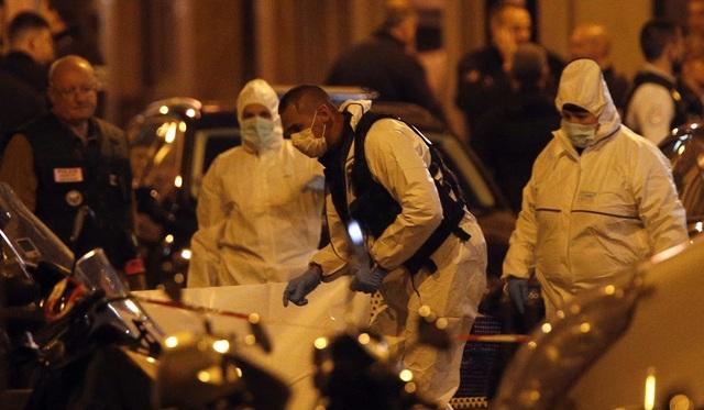 Các nhân viên an ninh mặc đồ bảo hộ tại hiện trường vụ đâm dao (Ảnh: Dailymail)