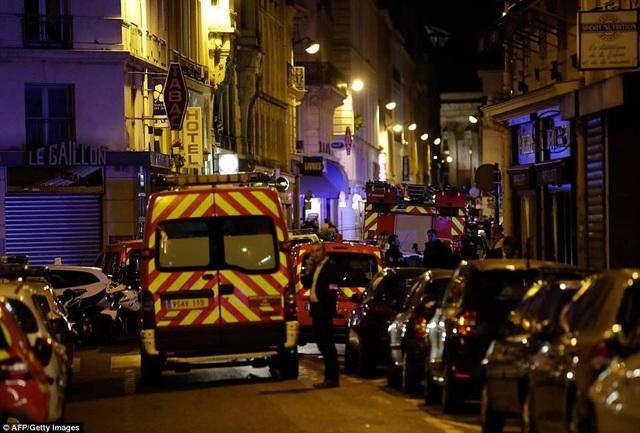 Xe cảnh sát, xe cứu hỏa và xe cứu thương xuất hiện tại hiện trường (Ảnh: AFP)