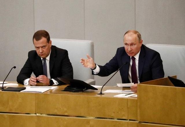 Tổng thống Vladimir Putin (phải) và Thủ tướng Dmitry Medvedev tại một cuộc họp của Duma Quốc gia Nga hôm 8-5 Ảnh: REUTERS
