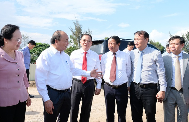 Thủ tướng có chuyến thăm và làm việc tại TP. Hải Phòng và ghé thăm Tổ hợp nhà máy sản xuất ô tô, xe máy VinFast của Tập đoàn Vingroup.