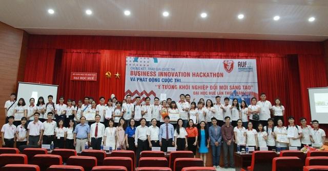 Các nhóm trong cuộc thi Business Innovation Hackathon chụp ảnh lưu niệm với lãnh đạo Đại học Huế
