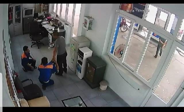 Hình ảnh người mua xăng tấn công gây thương tích cho nhân viên cửa hàng xăng dầu (ảnh cắt từ clip)