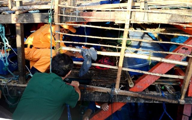 Lực lượng cứu hộ chăm sóc sức khỏe cho ngư dân trên tàu câu mực