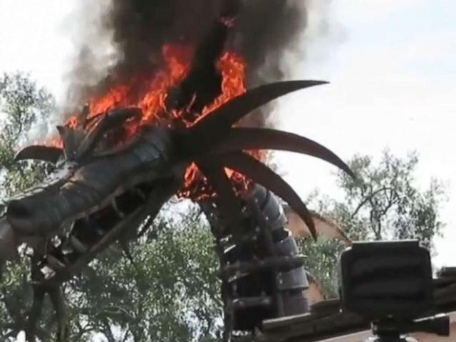 Nhiều người còn nhầm tưởng, mô hình bốc cháy là một phần trong kịch bản