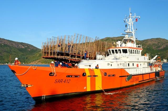 Tàu QNa 91468 TS đang được tàu SAR 412 lai dắt về đất liền