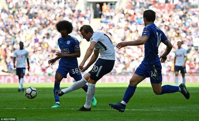 Kane (giữa) ghi cú đúp vào lưới Leicester