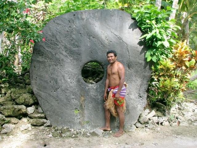 Một đồng tiền bằng đá của người Yap có kích thước khổng lồ