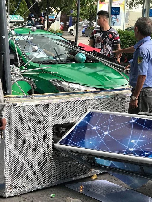 Một taxi đang lưu thông cũng bị đè trúng phần đầu.